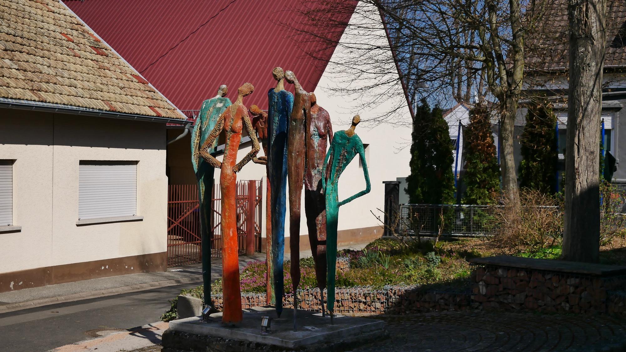 Skulpturen in der Ortsmitte von Dorsheim